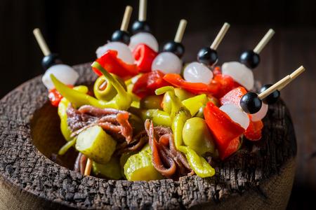 Close-up van banderillas met verse ingrediënten voor Spaanse corrida