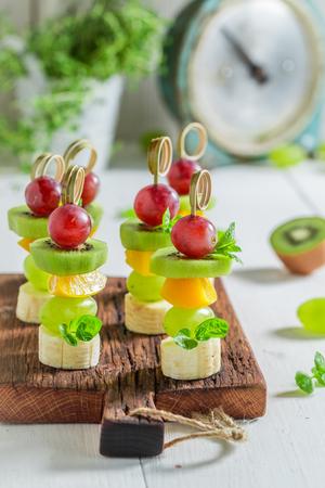 Zelfgemaakte snacks met verschillende soorten fruit en munt