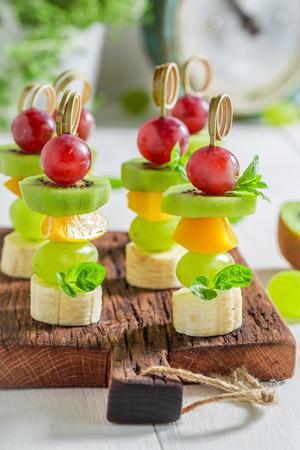Close-up van spiesjes met verschillende vruchten en munt voor snack