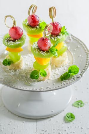 Close-up van hapjes met fruit en munt voor feest