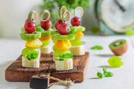 Close-up van zelfgemaakte snacks met verschillende soorten fruit en munt