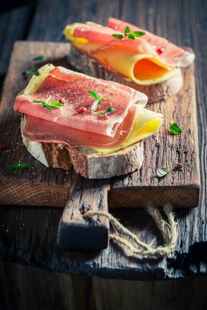 Close-up van verse sandwich met ham en kaas voor ontbijt