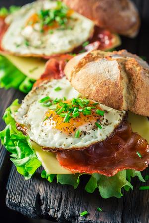 Close-up van hamburger met sla, bacon en eieren