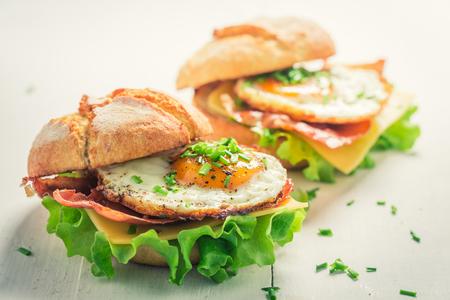 Close-up van heerlijke hamburger met eieren, kaas en bacon Stockfoto