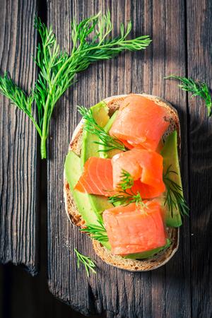 Hoogste mening van sandwich met avocado, dille en zalm