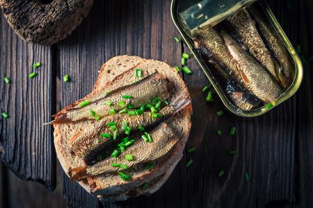 Lekkere sandwich met sardines, bieslook en volkoren brood Stockfoto - 82111590