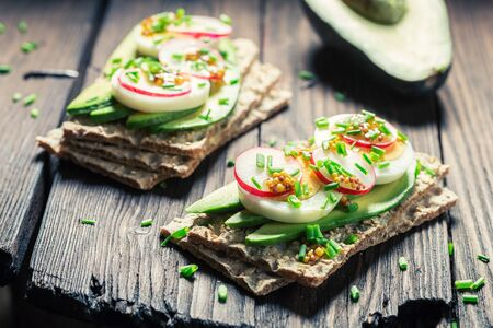 Close-up van smakelijke sandwich met avocado, eieren en radijs Stockfoto