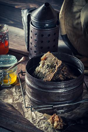 素朴な木製ワーク ショップで養蜂のため古いツール