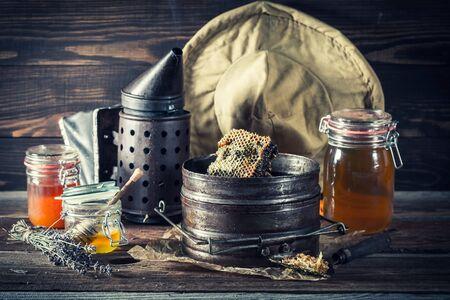 新鮮で甘いハチミツと養蜂のさびたツール 写真素材