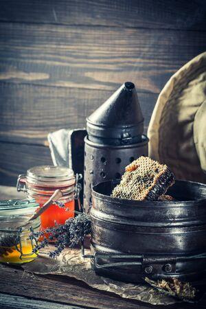 Antieke imkerhulpmiddelen met verse en zoete honing Stockfoto