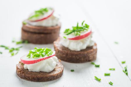 黒パン、カッテージ チーズとチャイブのサンドイッチのクローズ アップ 写真素材