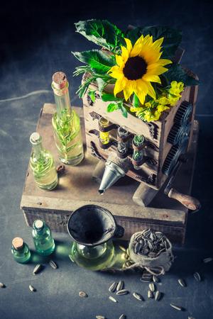 해바라기와 씨앗이있는 특별한 처녀 기름 기계