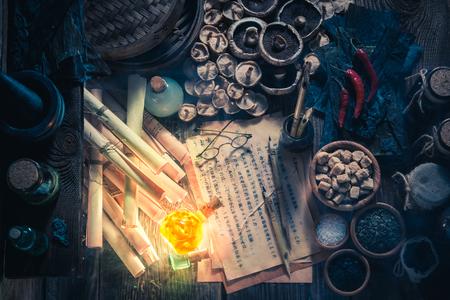 Op zoek naar umami smaak in magisch alchemist laboratorium Stockfoto