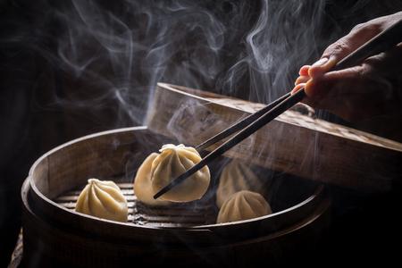 검은 색 바탕에 끓여지고 뜨거운 중국 만두