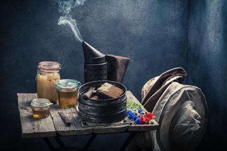 Antieke imkerhulpmiddelen in workshop met honing