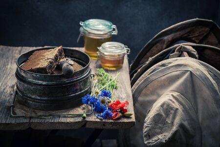 Oude imkerhulpmiddelen in workshop met honing
