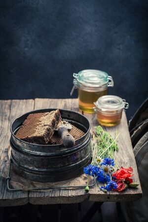 Roestige imkerhulpmiddelen in workshop met honing