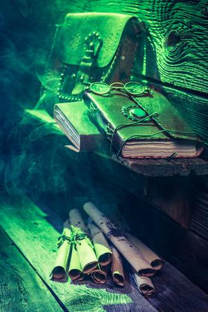 Witcher-huisje met groen licht en boeken voor Halloween