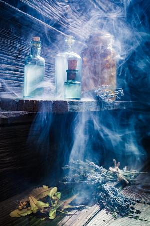 Magisch lab met blauw licht en drankje voor Halloween