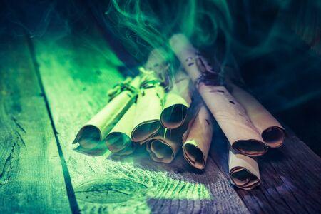 Heks workshop met groen licht en scrollt voor Halloween Stockfoto