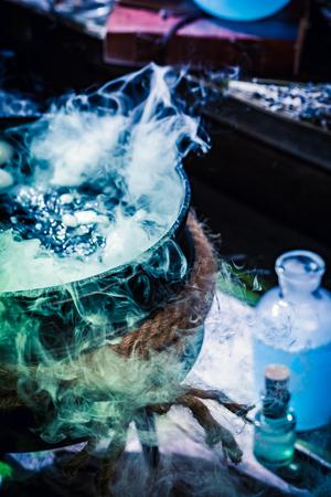 Nahaufnahme von Hexentopf mit blauem Rauch für Halloween