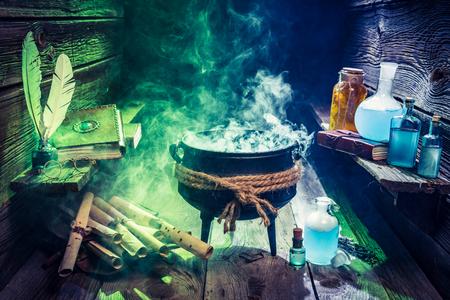 할로윈에 대한 색 연기와 마법의 마술사 가마솥