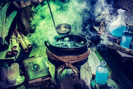 Vol met magische mix witcher hut voor Halloween Stockfoto