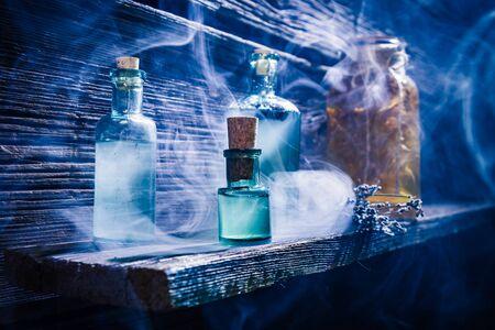 Hexerhütte mit blauem Zaubertrank für Halloween