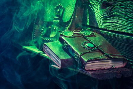 Vintage workshop vol met boeken voor Halloween