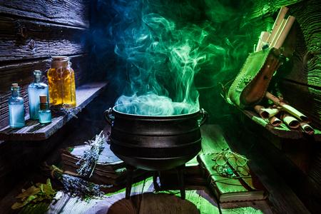 Chaudron de sorceleur avec de la fumée de couleur pour Halloween