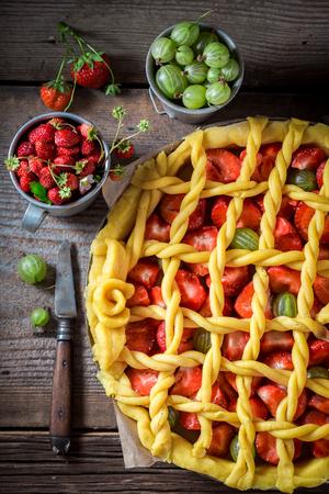 Lekkere en aromatische taart met aardbeien en kruisbessen Stockfoto