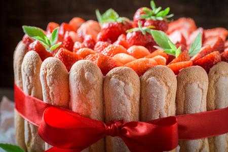 Heerlijke cake gemaakt van vers fruit en gelei