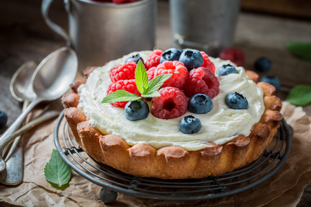 Delicious and crispy tart with mascarpone cheese and fruit