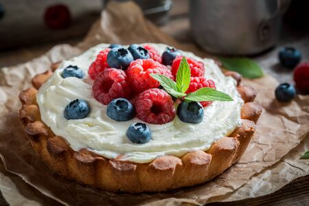 Delicious and crispy tart with berries and mascarpone
