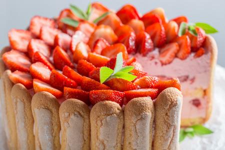 Smakelijke cake met aardbeien en slagroom