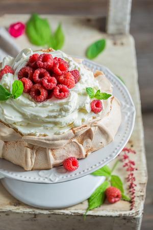 Hausgemachte und rustikale Pavlova Dessert aus Mascarpone und Beeren