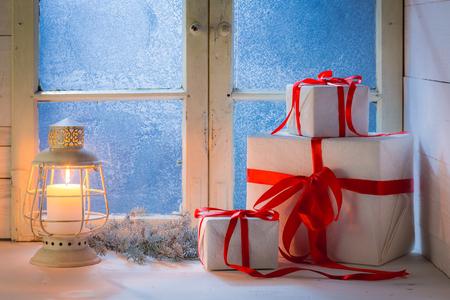 Fenêtre bleue et bougie allumée pour noël Banque d'images - 86896167