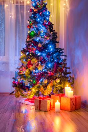 凍るような冬の夜の間にクリスマス ツリーとプレゼントします。 写真素材