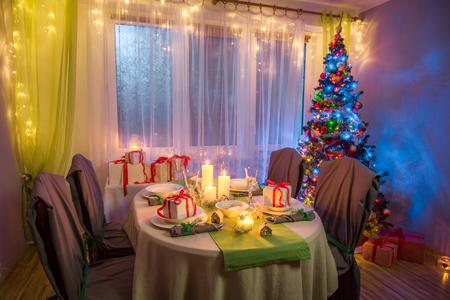 伝統的クリスマス テーブルの凍るような冬の夜の間に設定 写真素材