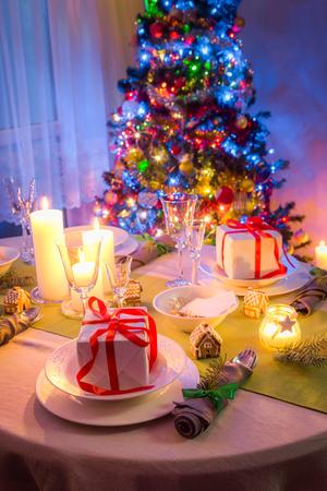凍るような冬の夜の間に美しいクリスマスのテーブルセッティング 写真素材