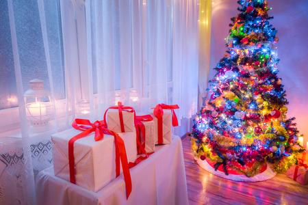 凍るような冬の夜の間にあなたのクリスマス ツリーをお楽しみください。