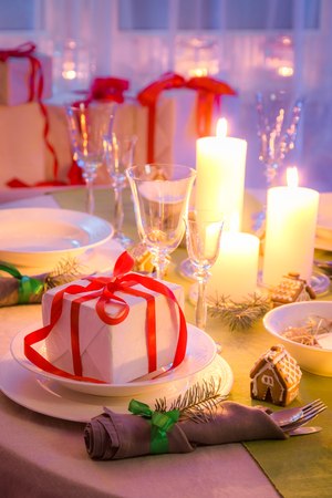 Enjoy you Christmas table setting with green and white decoration
