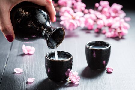 체리 피는 꽃으로 술을 마시기.