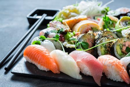 わさびと醤油で健全な寿司ミックス 写真素材