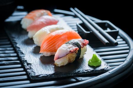 サケと米で作られた新鮮な握り寿司