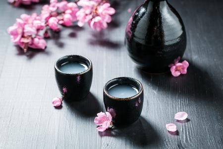 咲く桜の花と酒を飲む覚悟