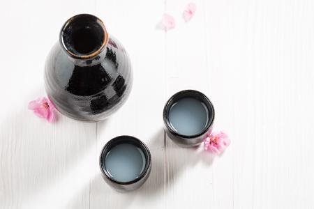 黒の古い陶器の伝統と繊細な酒