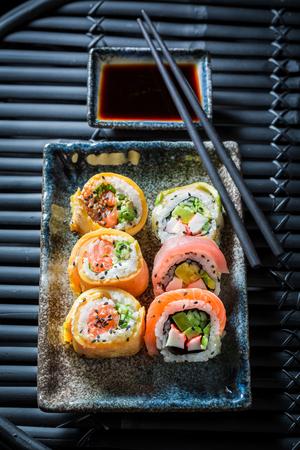 サーモンとアボカドのミックス新鮮な寿司が作られました。 写真素材 - 87729030