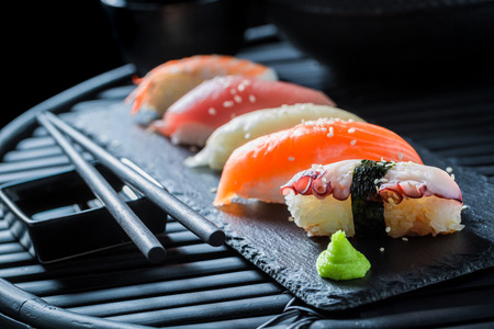 신선한 해산물로 만든 초밥 스시를 즐기십시오. 스톡 콘텐츠