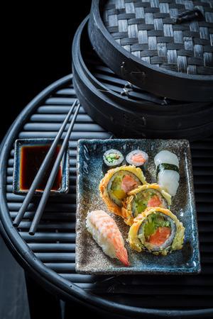 新鮮な野菜や魚介類の美味しいお寿司ミックス 写真素材